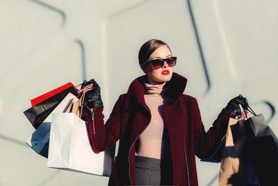 洋服を買っている白人女性