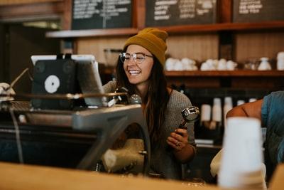 レジに笑顔で立つ女性
