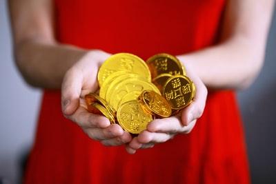 金貨を手にした女性