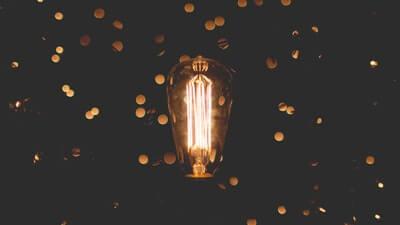 暗がりに浮かんだ電球