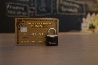 クレジットカードの前に鍵が置いてある