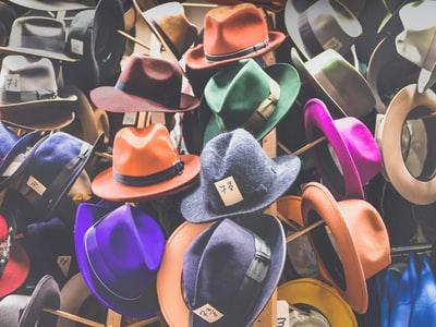 沢山のカラフルな帽子が積み重なった山