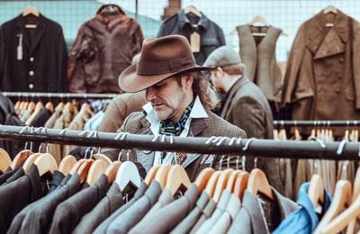 スーツを物色する男性