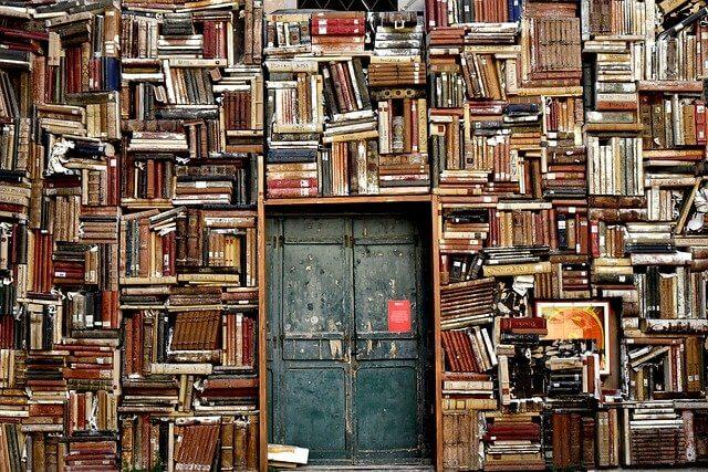 沢山の本が積み重なった図書館