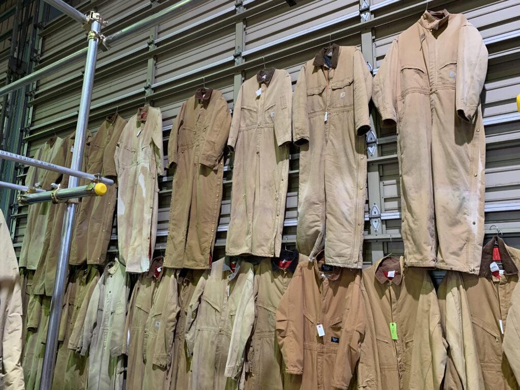 3peace平塚倉庫に陳列されているベージュCarharttカバーオール